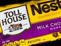 Påsen av Nestle mjölkar chokladmunsbitar Arkivbild