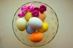 Påskägg är mjuka i en glass glass vas Arkivfoton