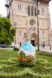 Påskägg förläggas på fyrkanten framme av den Zagreb cathedraen Arkivfoto