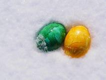 Påskägg i snö Arkivbilder