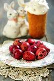 Påskägg, kaka och roliga kaniner. Royaltyfri Foto