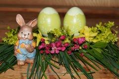 Påskägg, kanin och colorfolblommor Royaltyfria Bilder