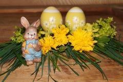 Påskägg, kanin och colorfolblommor Royaltyfri Foto
