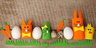 Påskägg, kaniner och chikens på trätappningbakgrund med kopieringsutrymme, easter vårbegrepp, diy hantverkarbete för ungar, arkivfoto