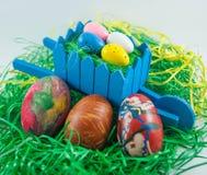 Påskägg med fulla ägg för trävagn Royaltyfri Fotografi