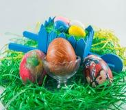 Påskägg med fulla ägg för trävagn Arkivbild