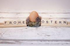 Påskägg med träbokstaven, ostern frohe royaltyfri fotografi