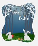 Påskägg med vita kaniner och den lilla tusenskönan i skogen, gullig pappers- konstbakgrund för lycklig ferie royaltyfria foton