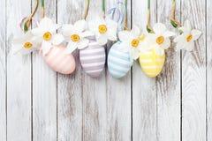 Påskägg, nya vårpåskliljor på vit träbakgrund kort easter Royaltyfria Foton