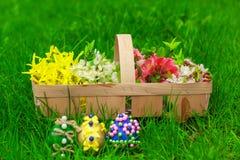 Påskägg och en korg med blommor Royaltyfri Foto