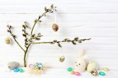 Påskägg och kanin på hängebakgrund arkivbild