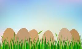 Påskägg på gräs Arkivbild