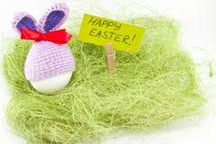 Påskägg på grön sisalhampa kanin stack easter Ägg i påsk Arkivfoto