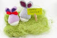 Påskägg på grön sisalhampa kanin stack easter Ägg i påsk Royaltyfri Fotografi