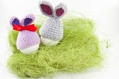 Påskägg på grön sisalhampa kanin stack easter Ägg i påsk Royaltyfri Foto