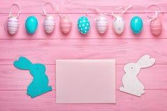 Påskägg på träbakgrund Feriehälsningkort för påsk! Påskferiebegrepp royaltyfria foton