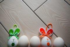 Påskägg på träbakgrund lyckliga easter Idérikt foto med easter eggsEasterägg på träbakgrund lyckliga easter Arkivfoto