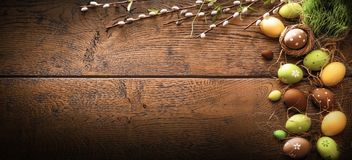 Påskägg på wood bakgrund arkivfoton