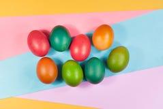 Påskägg som dekorerar färgrik bakgrundsvariation av ljusa färger Arkivbild