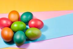Påskägg som dekorerar färgrik bakgrundsvariation av ljusa färger Royaltyfri Foto