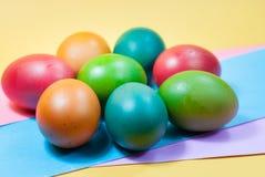 Påskägg som dekorerar färgrik bakgrundsvariation av ljusa färger Royaltyfria Bilder