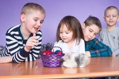 Påskägg, ungar och kanin Arkivfoto