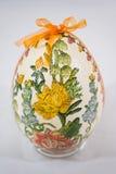 Påskägget dekorerade med blommor som gjordes av decoupageteknik Arkivbild