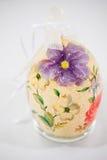 Påskägget dekorerade med blommor som gjordes av decoupageteknik Royaltyfri Foto