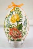 Påskägget dekorerade med blommor som gjordes av decoupageteknik Arkivbilder