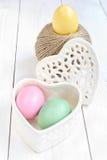 Påskägget i en hjärta formad ask och bollen av hampa rope Royaltyfria Foton