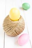 Påskägget och bollen av hampa rope på träbakgrund Royaltyfri Foto