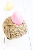 Påskägget och bollen av hampa rope på träbakgrund Royaltyfri Fotografi