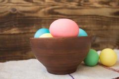 Påsk coroed ägg i bunke royaltyfri fotografi