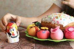 Påsk dekorerad ägg och easter kaka Royaltyfri Bild