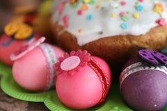 Påsk dekorerad ägg och easter kaka Royaltyfria Bilder