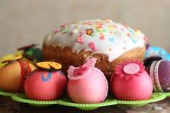 Påsk dekorerad ägg och easter kaka Fotografering för Bildbyråer