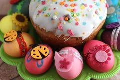 Påsk dekorerad ägg och easter kaka Arkivfoton