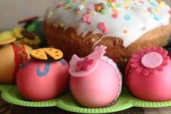 Påsk dekorerad ägg och easter kaka Royaltyfria Foton
