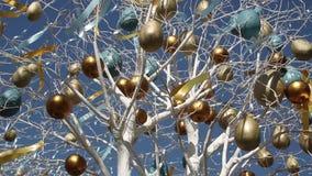 Påsk dekorerat träd över blå himmel