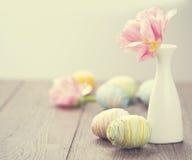 Påsk Färgglade ägg och mimosa Arkivbilder