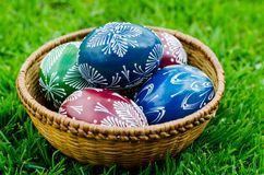 Påsk - färgrika ägg i en bunke Arkivfoton