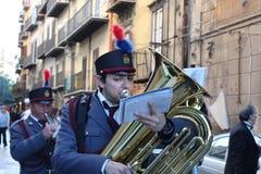 Påsk i Sicilien, heliga fredag - musiker i procession - Italien Royaltyfri Foto