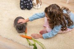 Påsk - liten flickaförälskelser bor kanin arkivbilder