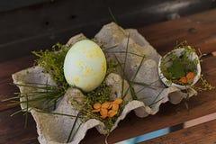 Påsk målade ägg målarfärger gräs royaltyfri bild