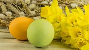 Påsk målade ägg med hängepilar royaltyfri bild