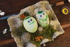 Påsk målade ägg Vi målar ägg, målarfärger, för barn royaltyfri foto