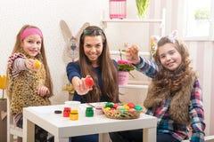 Påsk - moder och två döttrar i förberedelsen för påsk royaltyfria foton