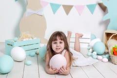 Påsk! Närbildstående av härliga en liten flickas framsida Många olika färgrika påskägg, färgrik påskinre Gien fotografering för bildbyråer