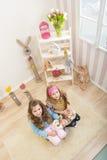 Påsk - små flickor som slår den enorma levande kaninen arkivfoton