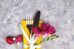 Påsk som lägger tabelltidsbeställningar, tabellinställningsalternativ Bestick bordsservisobjekt med festlig garnering Gaffel, kni royaltyfria foton